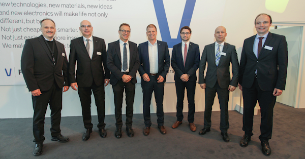 Ceremonial signing of the new distribution agreement at the electronica trade show. Those present included (clockwise): Christian Schemat (Marketing Group Manager EMCO, Arrow), Markus Hefter (Director Product Management, Arrow), Jürgen Schäfer (Chief Sales Officer, WAGO), Matthias Hutter (Vice President Product Management, Arrow), Patrick Schirrmacher (Market Manager, WAGO), Christophe Creter (Asset Group Manager, Arrow), Markus Düker (Head of Market Management, WAGO), © WAGO Kontakttechnik GmbH & Co. KG 2016