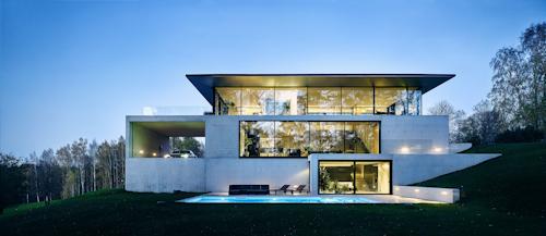 Privathaus Cēsis (Lettland): Die Bauherrenwünsche nach nahezu rahmenloser Transparenz konnten mit Aluminium-Fassaden- und Schiebesystemen von Schüco realisiert werden, © OUTOFBOX, Lettland, Fotograf: Māris Ločmelis, Schüco International 2017