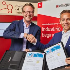 Philip Harting (li.), Vorstandsvorsitzenderder HARTING Technologiegruppe, und Norbert Rotter (re.),Vorstandsvorsitzender deritelligence AG präsentieren den Kooperationsvertrag, ©HARTING Technologiegruppe/itelligence AG 2018